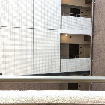 眺望は・・・お隣の建物だけど、横から太陽の光も入ります。(※写真は5階の別部屋からのものです)