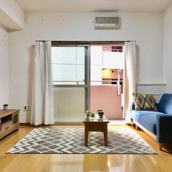 白と木目のフローリングのナチュラルなお部屋。家具もナチュラル系で決まり。(※写真と文章は5階の同間取り別部屋、モデルルームのものです)