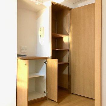 リビングドアの横はパントリーにもなる収納スペース。(※写真と文章は5階の同間取り別部屋、モデルルームのものです)