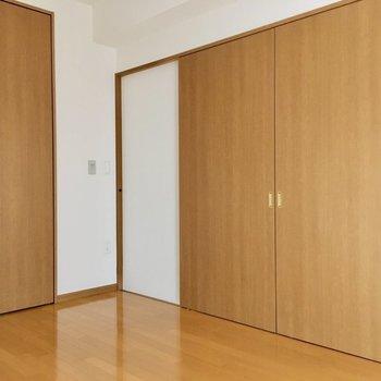 リビングと洋室は両開きの引き戸で仕切ることができますよ。(※写真と文章は5階の同間取り別部屋、モデルルームのものです)