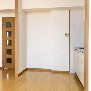 キッチン後ろは広々スペース。冷蔵庫は大きなサイズも持ち込めそうです。(※写真と文章は5階の同間取り別部屋、モデルルームのものです)