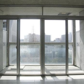 大きな窓から南向きの光がたっぷりと。これはうれしい※写真は別