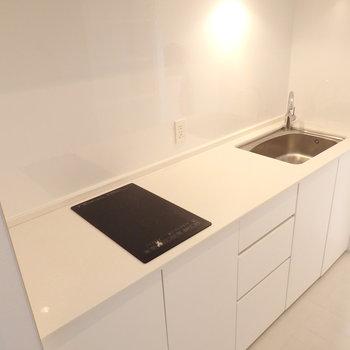 スッキリしたデザインのIHキッチン。