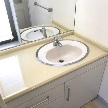 洗面台もひろいです。鏡もおおきい!
