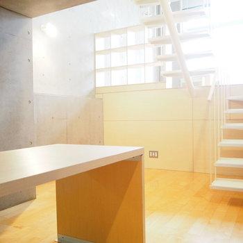 1階には、キッチン。机もあるのでここでごはんを食べよう。