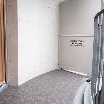 2階の寝室からはマンションの中央部分に出られます。
