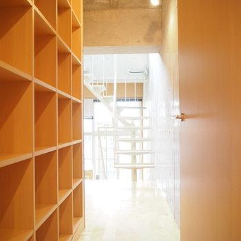 2階の廊下にはびっしりと!本やインテリアを飾って。