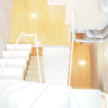この階段を上がった先には…?