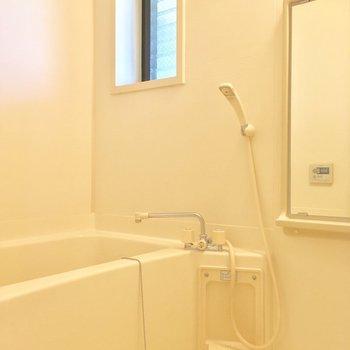 バスルームは小窓付き!※写真は2階の別間取り別部屋です