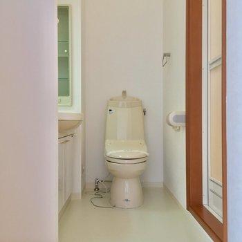 左手にはサニタリー。トイレはこちらっ※写真は2階の別間取り別部屋です