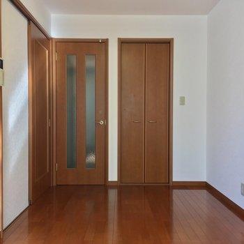 お部屋の反対側、右の扉は・・※写真は2階の別間取り別部屋です