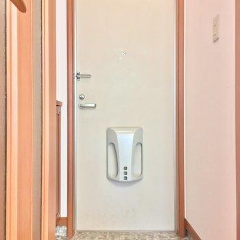 玄関は扉でし切れるのがいいね!※写真は2階の別間取り別部屋です