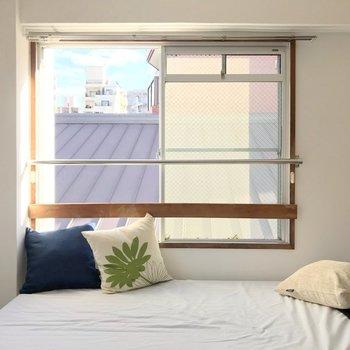 こちらにベッドを置こうかな。朝日で気持ちよく目が覚めそう♩(※写真の家具・小物は見本です)