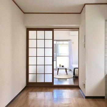 ダイニングの先に6帖の洋室。少し段差があります。(※写真の家具・小物は見本です)