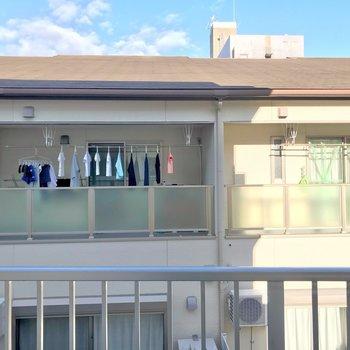 カーテンはしっかり用意したい。太陽の光は入りますよ!