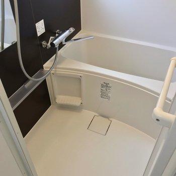 お風呂も交換されていてきれい!サーモ水栓で温度調節簡単です。
