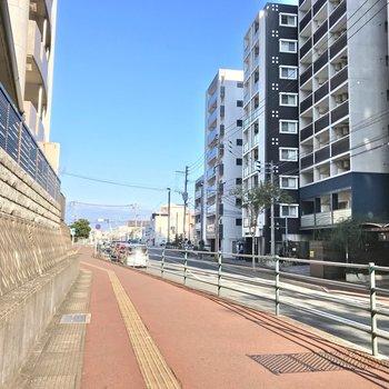 唐人町駅まではこの道を通ります。まっすぐ行くとドームがありますよ。