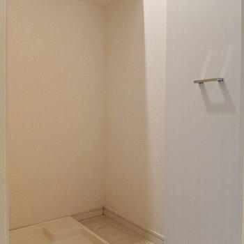 洗濯置場は隠せるタイプ。音も静かになってgood(※写真は8階の同間取り別部屋のものです)