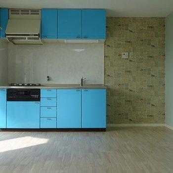 ブルーのキッチンが目立ちます※写真は前回募集時のもの。