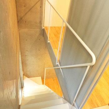 地下空間へと続く階段。ひと繋がりの手すりがいいな〜