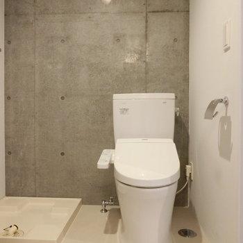 ウォシュレット付トイレと横には洗濯機置き場