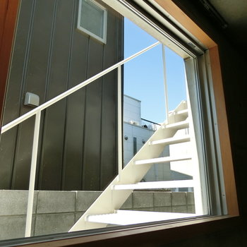 白い階段と青空を映し出す窓
