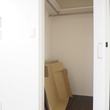 奥の扉は収納です!※写真は別部屋