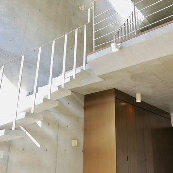 この階段で2階に