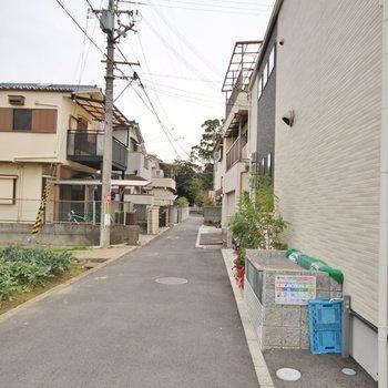 建物前の道。細い