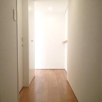 玄関はこちら。リビングからの光がぼんやり入ってきます。