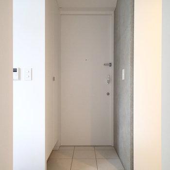 玄関はいってすぐ右がキッチン、左が水回りです。※写真は前回募集時のものです