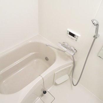 お風呂も綺麗ですよ。※写真は反転間取り別部屋・前回募集時のものです