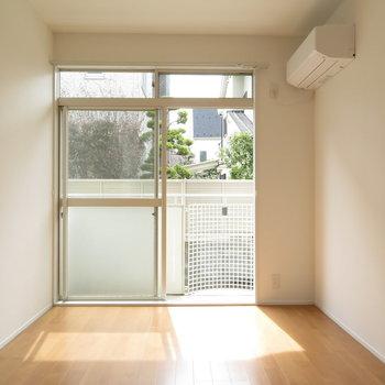 リビング横のお部屋です。※写真は反転間取り別部屋・前回募集時のものです