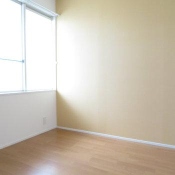 玄関横の1室です。6帖ほどの広さがあります。※写真は反転間取り別部屋・前回募集時のものです