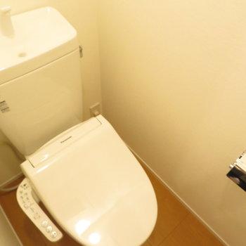 温水便座付きのトイレです。※写真は反転間取り別部屋・前回募集時のものです
