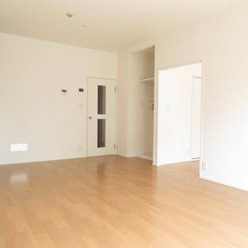 家具を配置しやすい、ゆったりとしたリビングダイニングスペース。※写真は反転間取り別部屋・前回募集時のものです