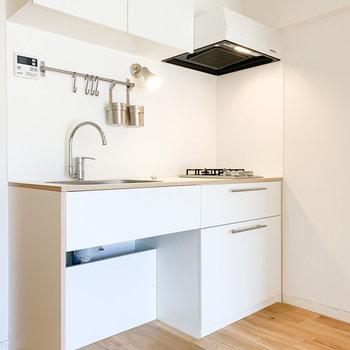 白のかわいいキッチンが主役です。※写真はクリーニング前のものです