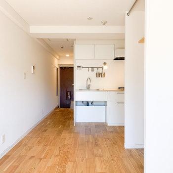 オークの無垢床が玄関まで続きます。※写真はクリーニング前のものです