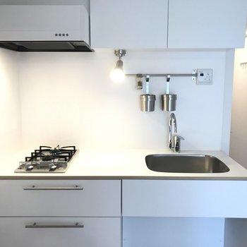 キッチンは2口ガスで使い勝手も◎※写真は別部屋です