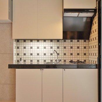 タイルのデザインが素敵なキッチン。※写真は別部屋