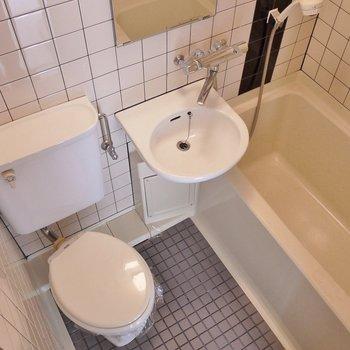お風呂とおトイレは同室です。※写真は別部屋