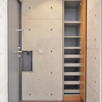 玄関も広めの設計。※写真は別部屋