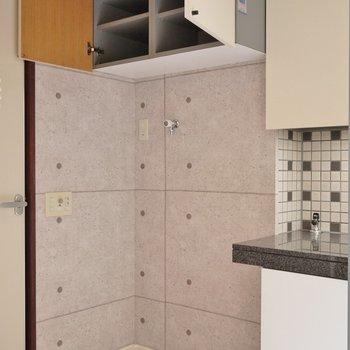 洗濯置場の上は収納スペース。※写真は別部屋