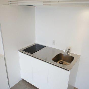 キッチンはコンパクトなIH※写真は別室(301)