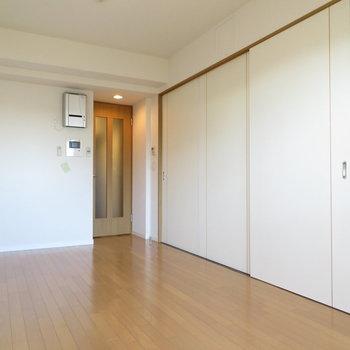 扉を閉めるとキッチンが隠れます(※写真は9階の反転間取り別部屋のものです)