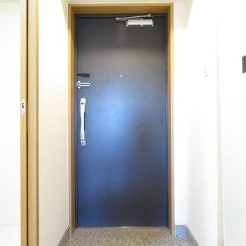 玄関も広々(※写真は9階の反転間取り別部屋のものです)