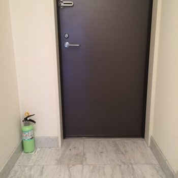 玄関は大きめです!※写真は別部屋