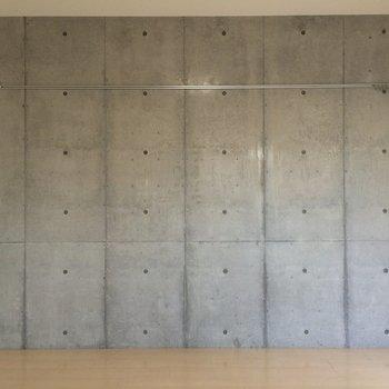 片面の壁はコンクリート!※写真は別部屋
