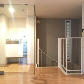 左が玄関、右で階段です。