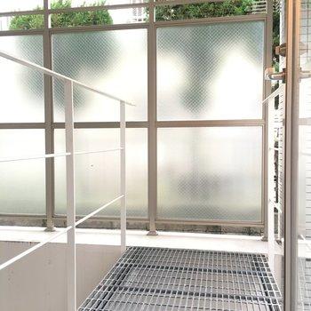 キッチン横のドアから出ると、テラス上のブリッジに出ます。